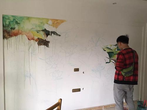 墙体彩绘能够依据本人的特殊爱好,挑选一些独特题材装饰风格和整体色调的配搭