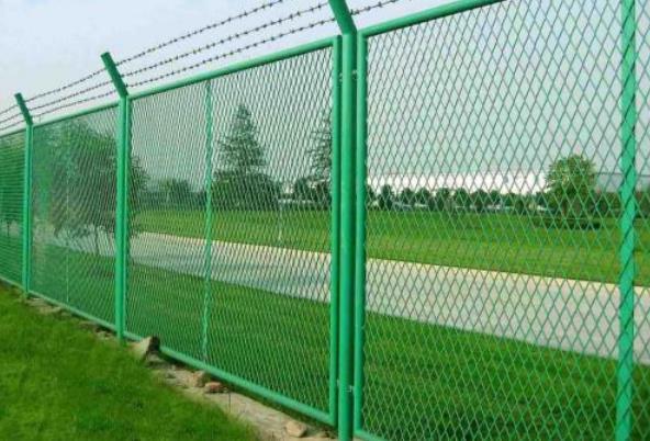 公路护栏网的安装方法有哪些?那么在购买护栏网的时候应该注意哪些?