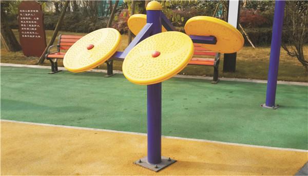 在应用各种室外体育器材是一定要恰当操作防止受伤