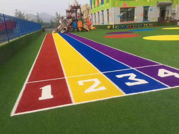 幼儿园草坪有什么样的施工要求以及什么样的使用优点呢?