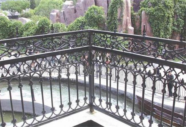铁艺围栏喷漆能用多长时间,护栏安装的注意事项有什么?