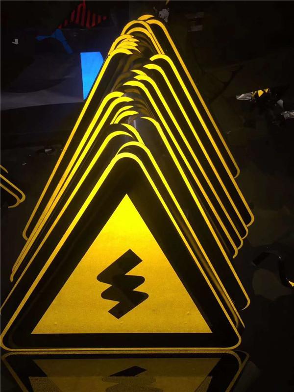 道路上的交通标志牌制作时应该满足哪些要求?各部分颜色又代表什么