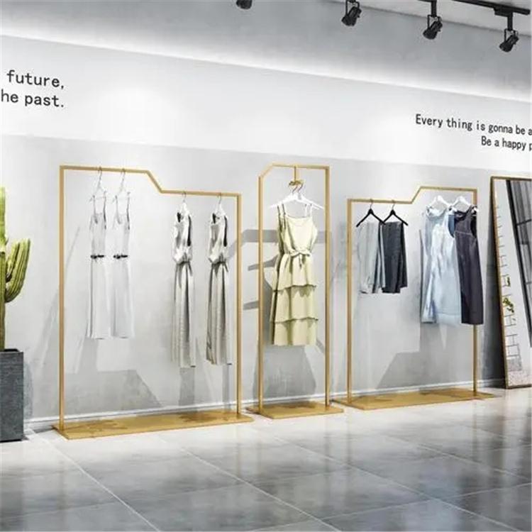 服装店老板说那般设计的服装展示柜效果更强